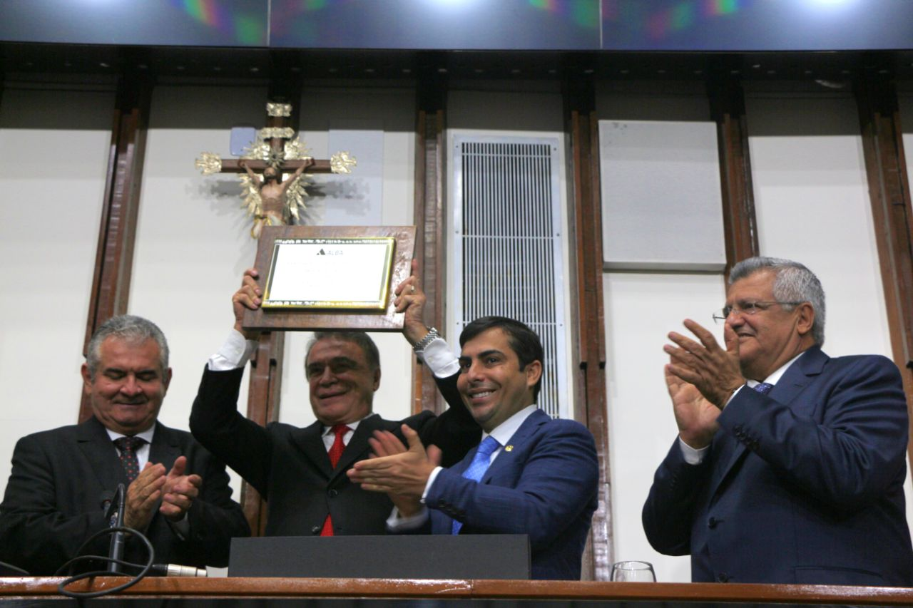 Senador Álvaro Dias recebe título de cidadão baiano