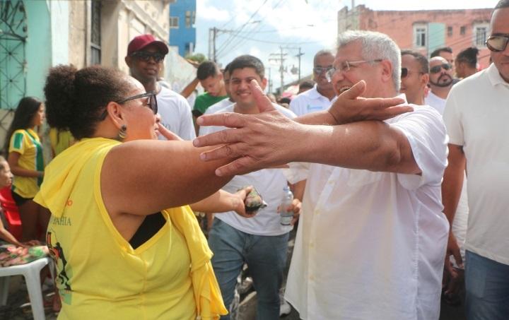 Bacelar participa do Dois de Julho em clima de pré-campanha à prefeitura