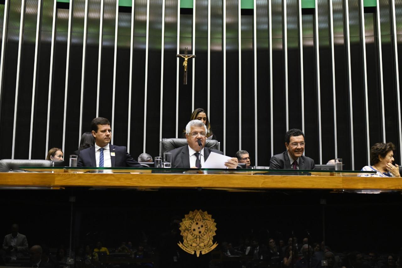No dia do professor, Câmara discute ensino superior e pesquisa cientifica no Brasil