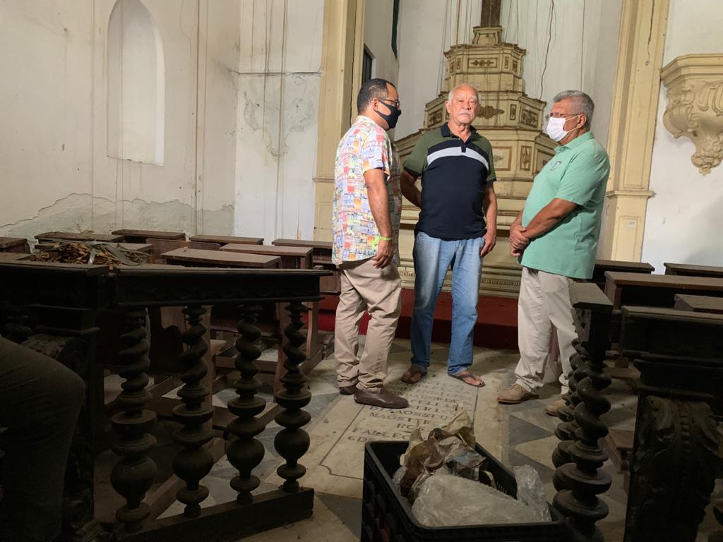 """""""A igreja está praticamente em ruínas"""", critica Bacelar após participar de missa em homenagem a São Miguel Arcanjo"""